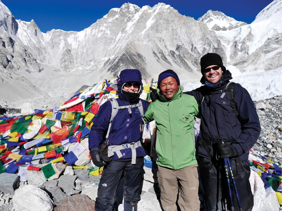 Local guide and trekkers smiling for photo -  Photo: Heike Krumm
